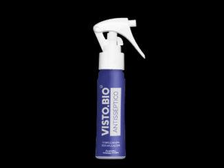 Foto do Varejo usa spray antisséptico para limpar peças